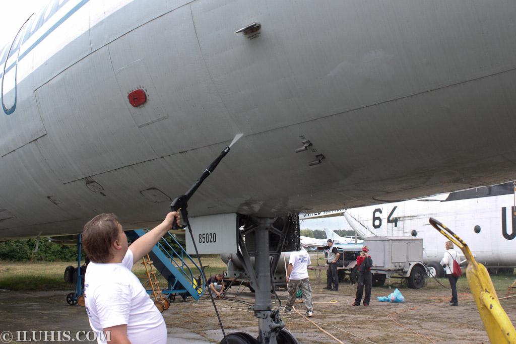 Мойка самолетов в киевском музее авиации