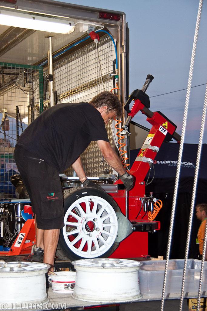 Yalta Rally, техник бортирует колесо