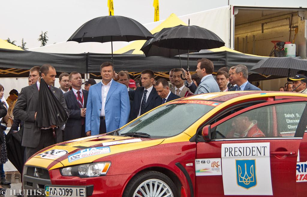 Yalta Rally 2011. Президент Украины Виктор Янукович около подготовленной для него машины около технического парка команды Proton
