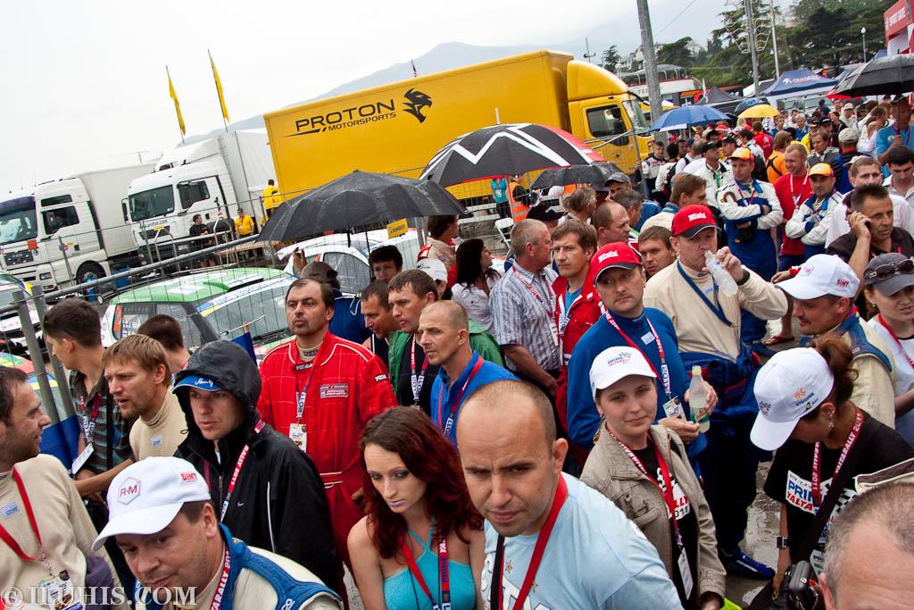 Yalta Rally 2011. СМИ и участники гонки ждут, когда их пустят к сцене во время выступления Президента