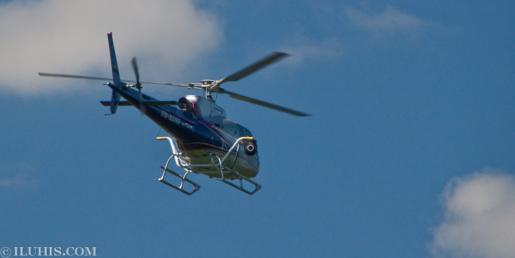 Yalta Rally 2011. Вертолет Eurocopter AS 350 Ecureuil UR-RENF видеооператоров с подвешенной видеокамерой