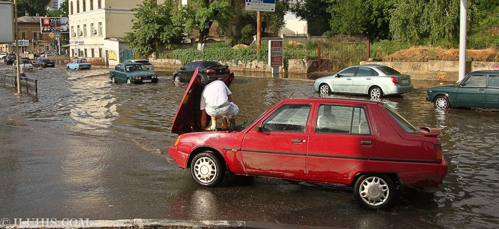 Затопление дороги около магазина Billa на ул.Клочковская 10.06.2011