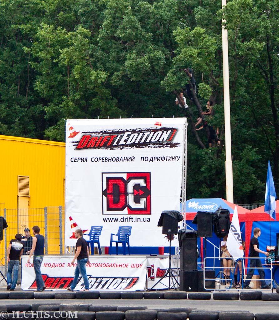 Соревнования по дрифту под дождем в Донецке. Зрители