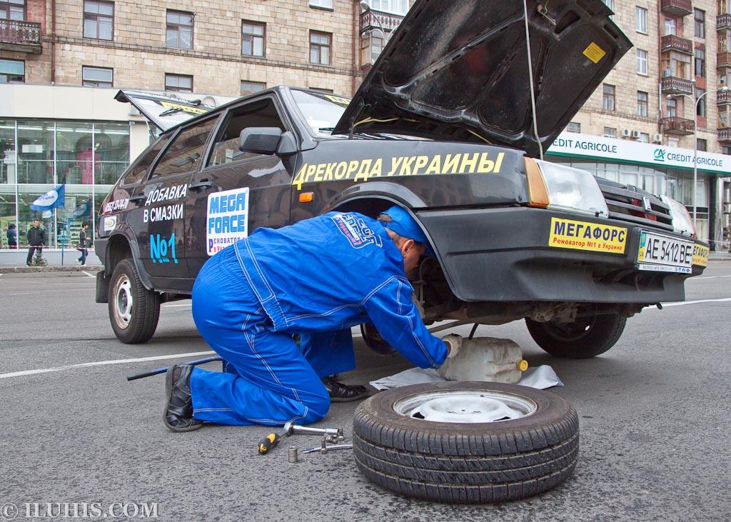 """MegaForce сливают масло из двигателя. Автопробег """"100 лет в дороге"""""""