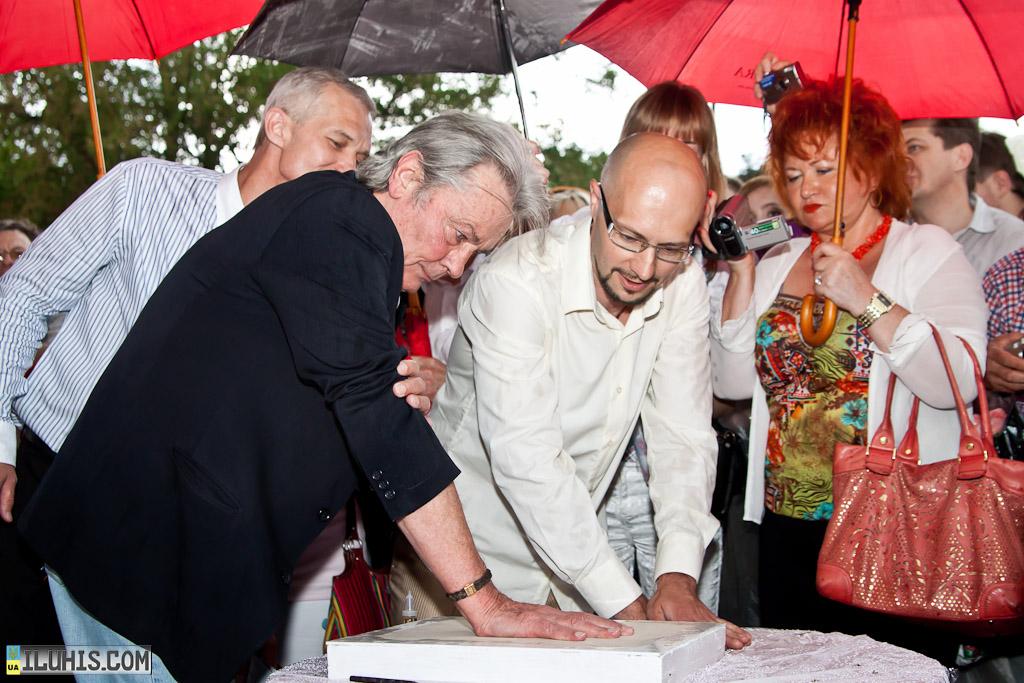 Ален Делон оставляет отпечаток руки для аллеи в Харькове.
