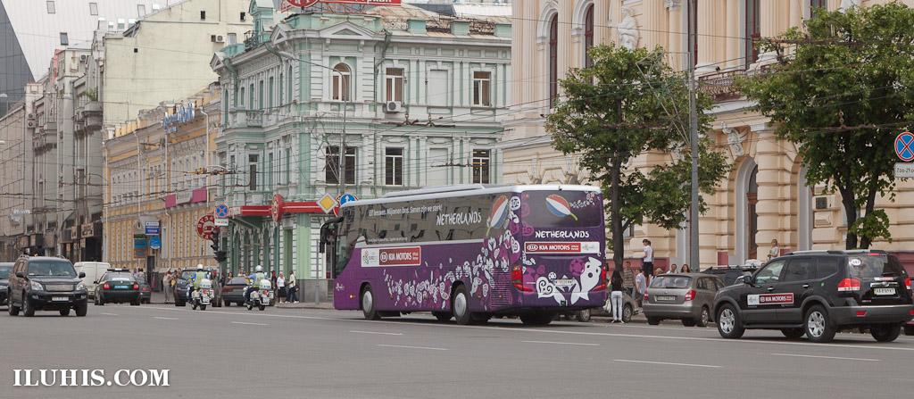 Автобус с голландскими болельщиками в Харькове