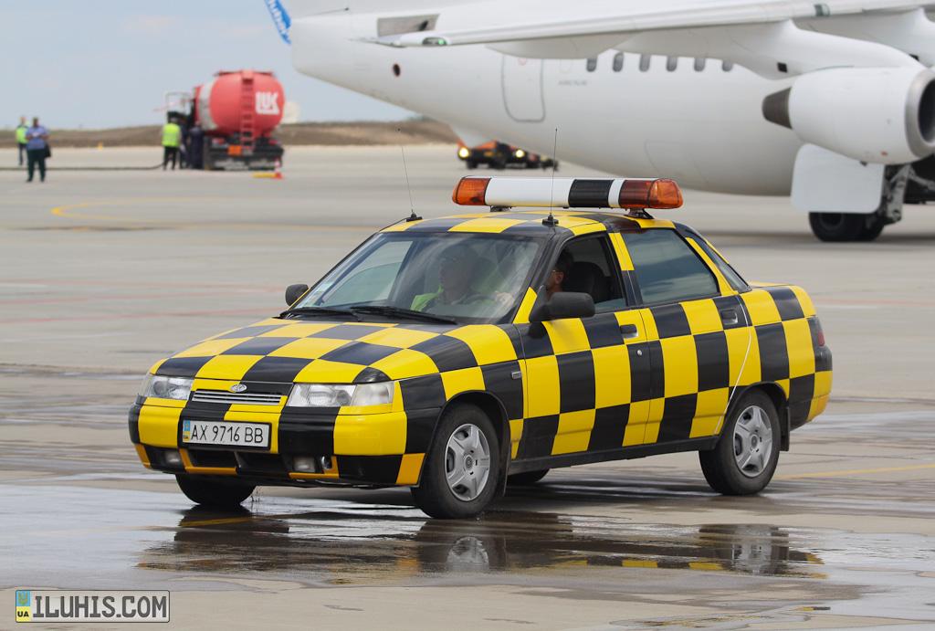 Машина-поводырь в харьковском аэропорту