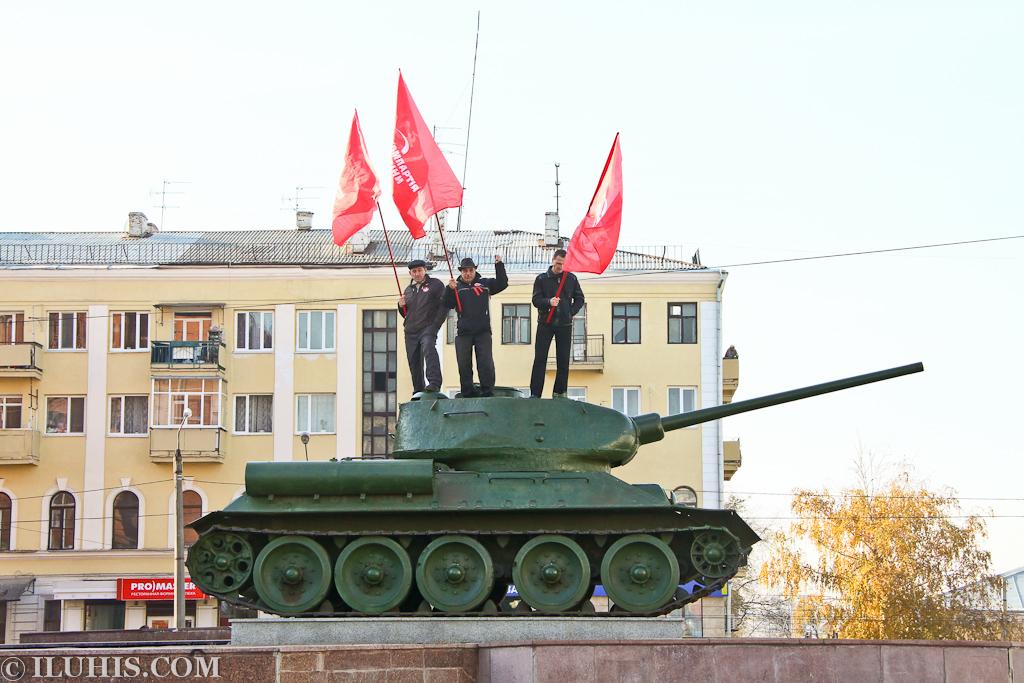 Коммунисты на танке. Демонстрация.