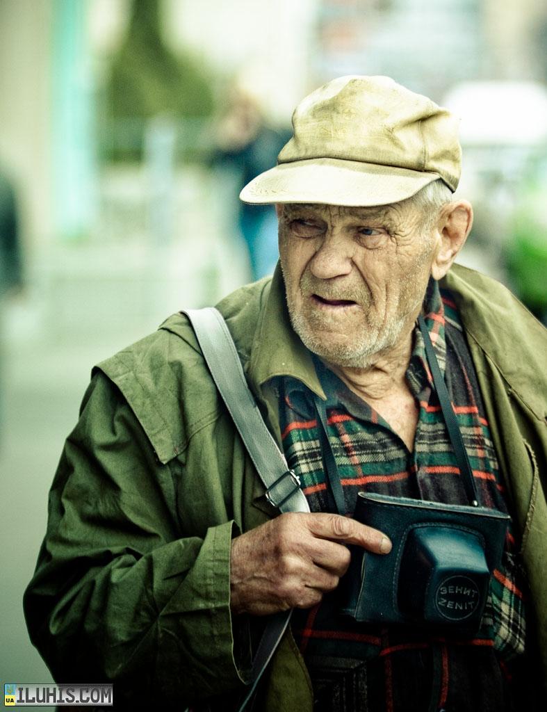 Дедушка с фотоаппаратом